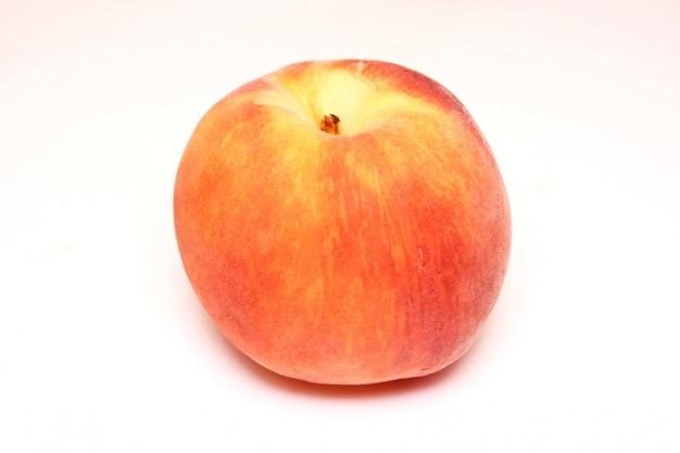 Персик, изолированный на белом