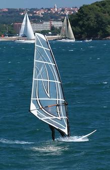 Виндсерфинг в море