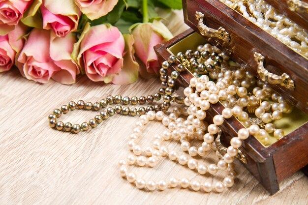 Шкатулка для украшений с розовыми розами
