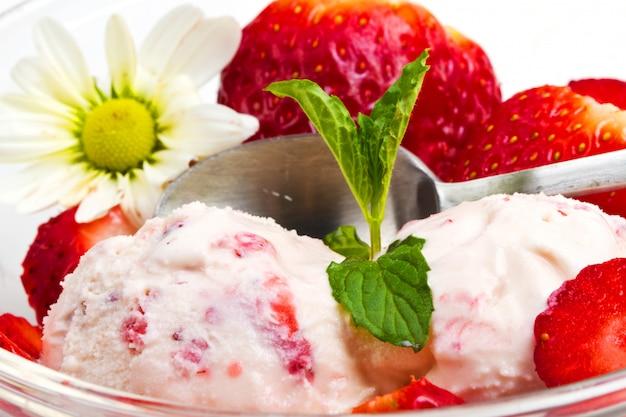 フルーツとストロベリーアイスクリーム
