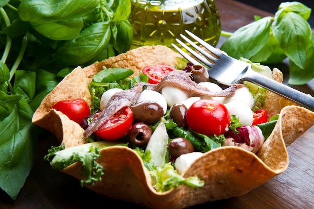 モッツァレラチーズとアンチョビのパンバスケットのミックスサラダ