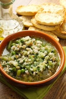 ボウルにクルトンと野菜のスープ