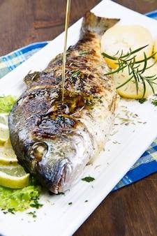 レモンとローズマリーのプレートの焼き鯛頭鯛