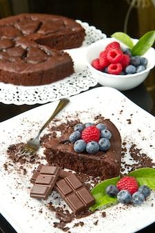 新鮮なベリーとチョコレートケーキ