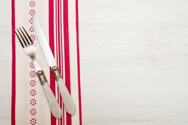 ナイフと白い木のナプキンにフォーク
