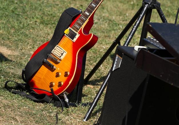 緑の芝生でギター