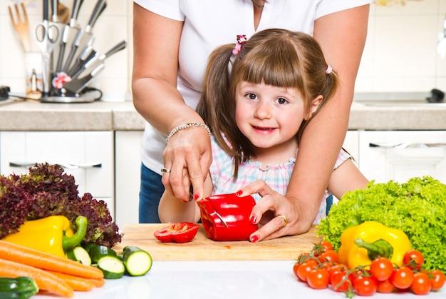 Мать и ребенок готовят здоровую пищу