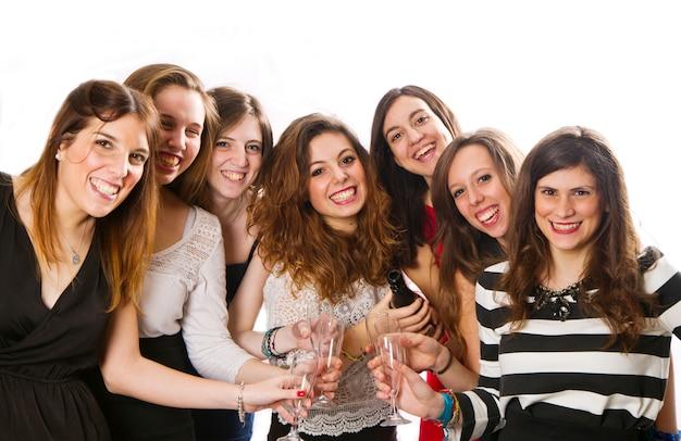 乾杯をしている友人のグループ