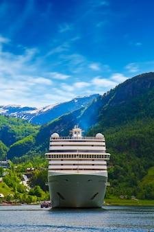 ノルウェーフィヨルドのクルーズ船