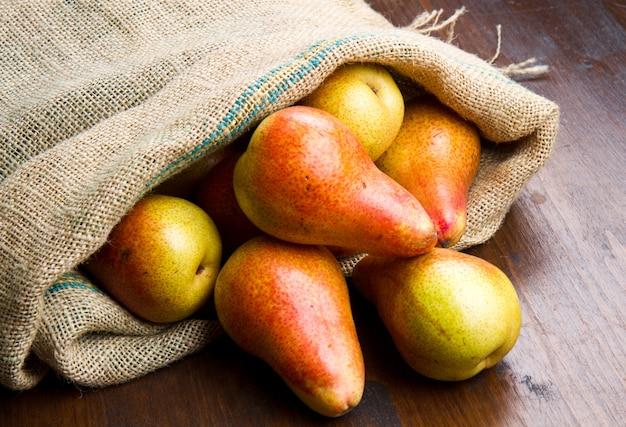 袋に新鮮な梨のグループ