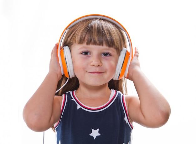 少女はヘッドフォンで音楽を聴く