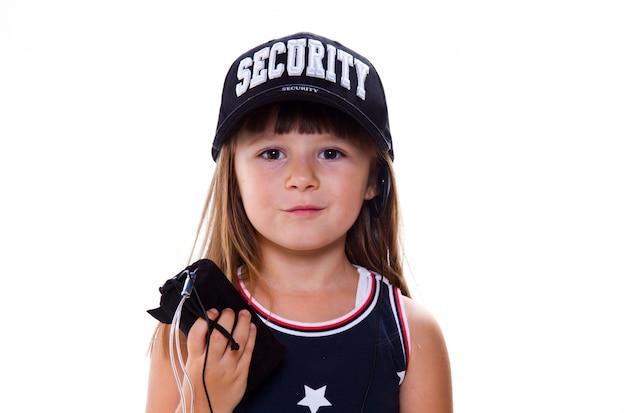 セキュリティ帽子を持つ少女