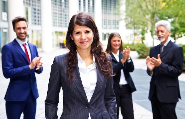 ビジネスチームが同僚の成功を祝う