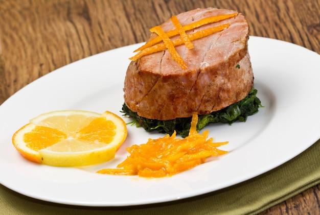 新鮮なオレンジ、オレンジソースとほうれん草の揚げマグロの切り身
