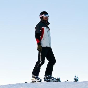 山の中でスキーヤー