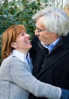 屋外を受け入れるかわいい中年夫婦
