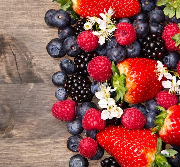 木製の背景の果実