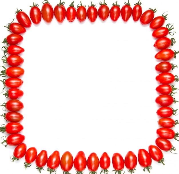 白で隔離赤いトマトのフレームフィールド