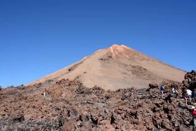 Лава и пик вулкана тейде на тенерифе, канарские острова, испания