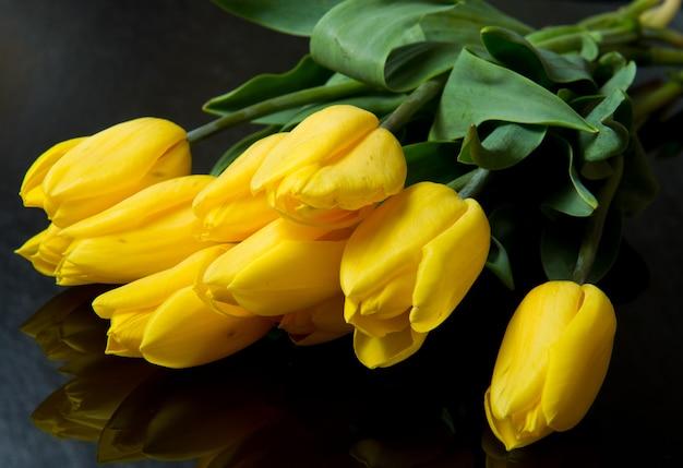 黄色いチューリップの美しい花束
