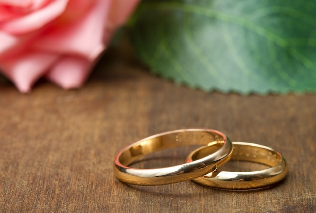 結婚指輪とピンクのバラ