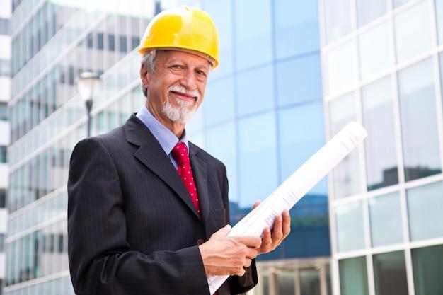 外を見て幸せ、笑顔の年上の建築家