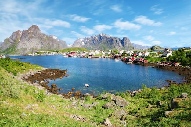 ノルウェー、ロフォーテン諸島のレイン町の美しい景色