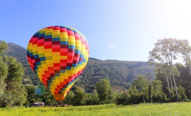 青い空を背景の熱気球