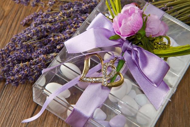 ラベンダーの花とアーモンドの紙吹雪