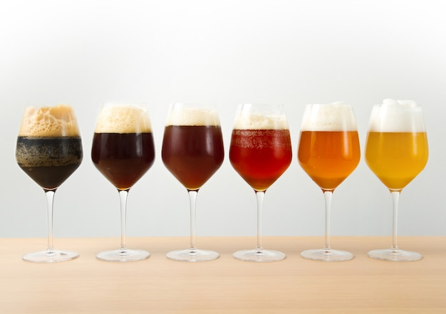 Шесть бокалов с разным пивом