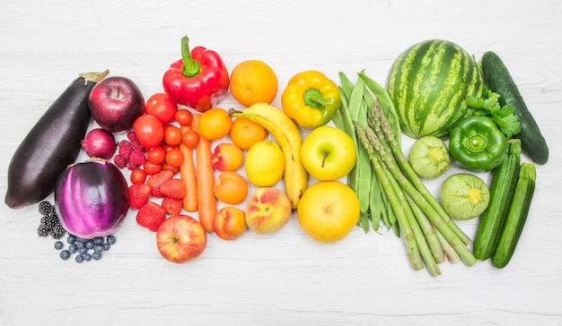 虹のようなカラフルな新鮮な野菜