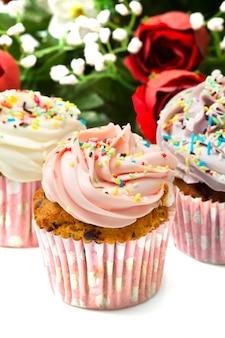 バタークリームのアイシングとバニラのカップケーキ