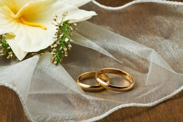 Обручальные кольца с букетом орхидей