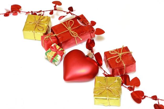 Золотые и красные рождественские украшения