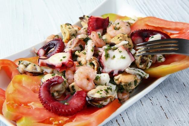 Салат из морепродуктов на деревянный стол