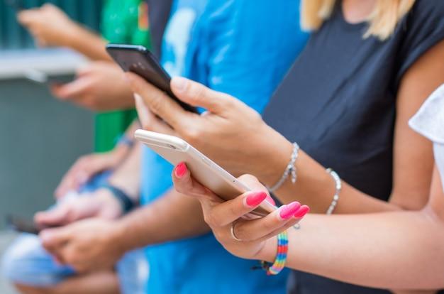 Группа друзей смотрит умный мобильный телефон