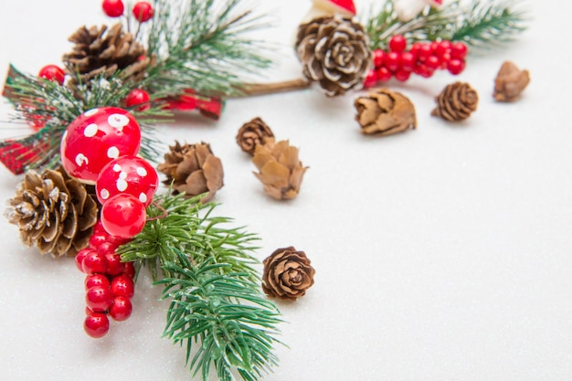 クリスマスの組成物。モミの木の枝、白地に赤の装飾