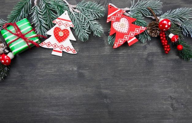 暗い木の板に装飾が施されたクリスマスのモミの木