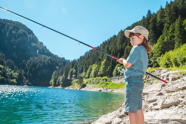 山の池で釣り少女