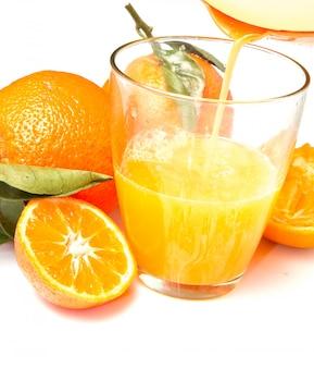 新鮮なオレンジジュースとオレンジのガラス