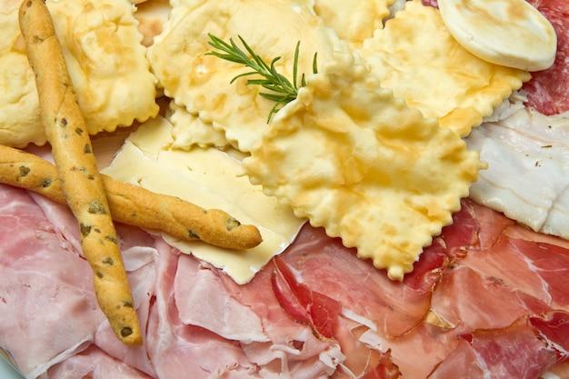 塩漬け肉、チーズ、揚げ餃子の盛り合わせ