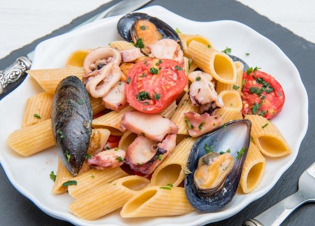Фото вкусной пасты с моллюсками, мидиями и осьминогом