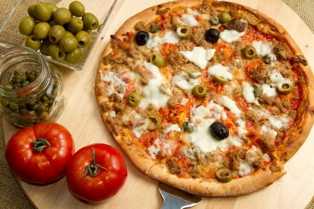 マグロとオリーブのピザ