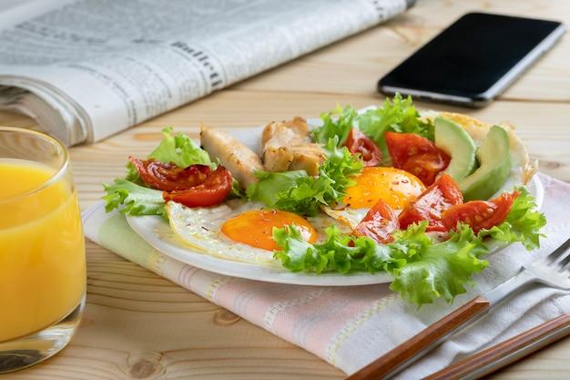 目玉焼き、野菜、ハーブを使ったヨーロッパまたはアメリカンスタイルの健康的なビジネス朝食。閉じる