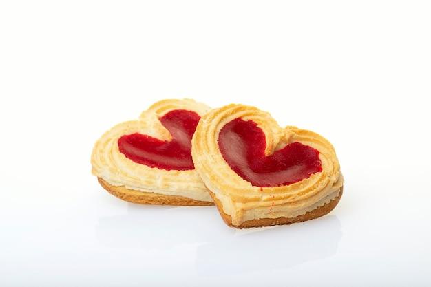 Печенья сформированные сердцем изолированные на белой предпосылке. день святого валентина концепция