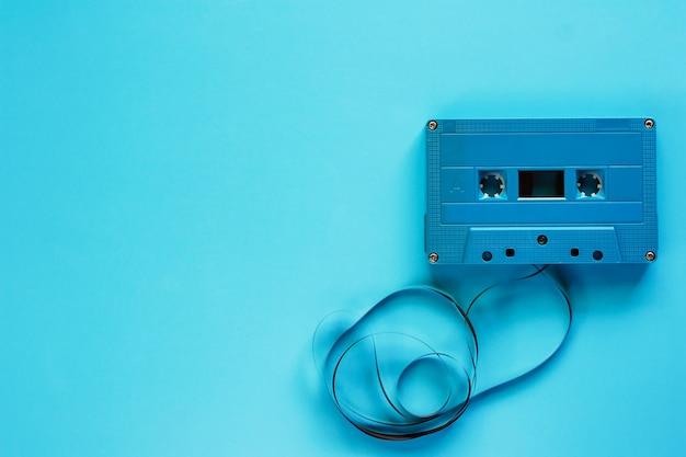 オーディオ録音と再生のための青い背景にレトロなカセットテープ