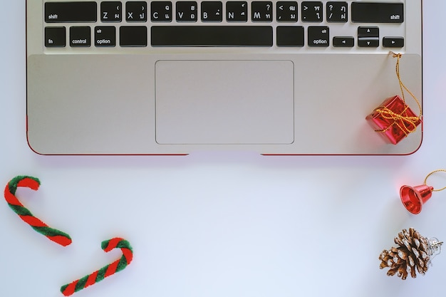 クリスマスと新年の飾りと白の装飾で作業するためのコンピュータラップトップ