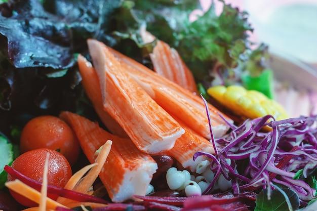 ダイエットや肉食のためのサラダ新鮮な野菜