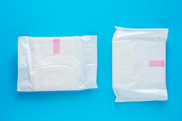 青色の背景に女性用生理用ナプキン