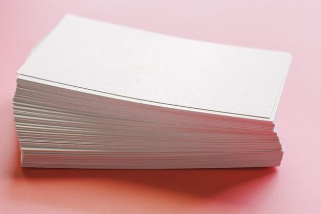 ピンクの背景の空白の名刺